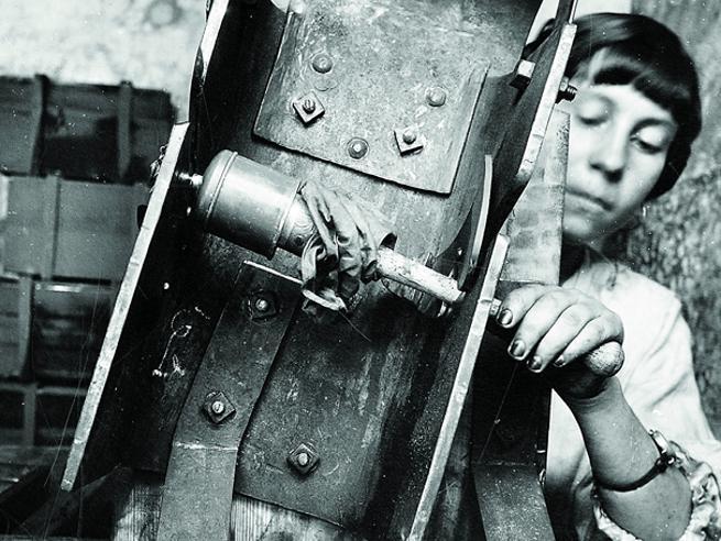 Cento anni fa lo scoppio a Bollate: così vivevano le operaie  prima del disastro Le immagini