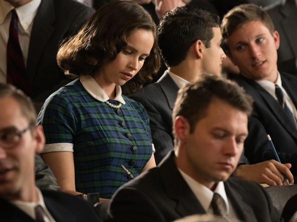 "Felicity Jones in una scena del film ""Una giusta causa"": l'aula di Harvard."