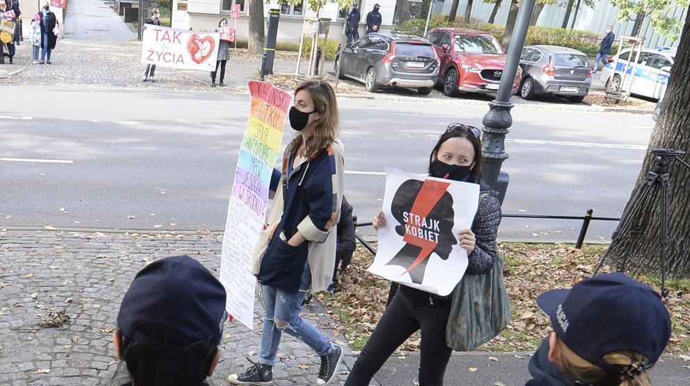 Attiviste anti-aborto protestano davanti alla corte costituzionale polacca a Varsavia (AP Photo/Czarek Sokolowski)