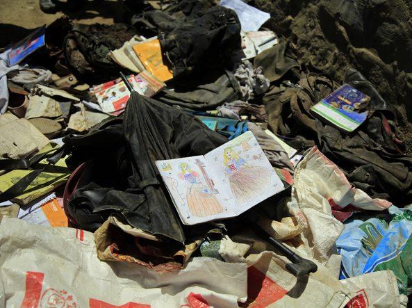 I resti sul luogo dell'attentato di sabato alla scuola di Kabul
