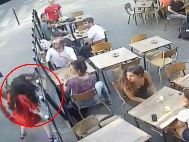 Parigi, reagisce alle molestie in strada e viene schiaffeggiata
