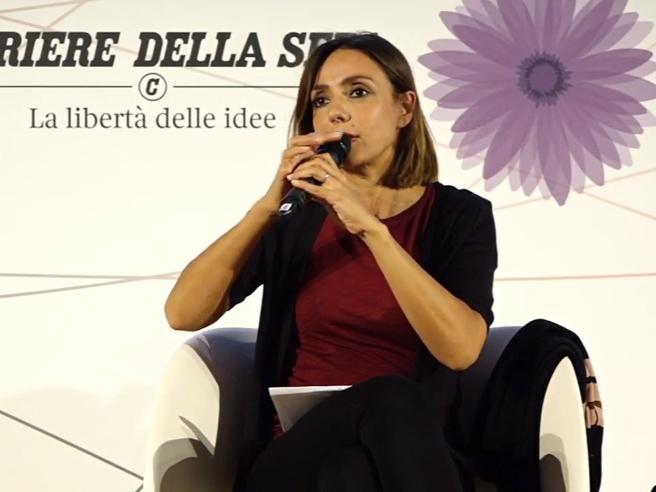 Ambra e gli insulti omofobi alla regista a Venezia: «Tutto ciò che non è eterosessuale è un problema»